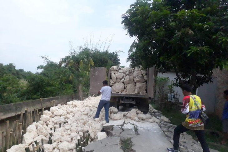Dinas  PUPR Bekasi selesaikan perbaikan jalan longsor di Cipayung