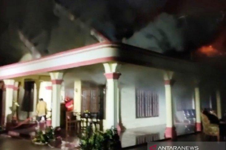 Rumah mantan anggota DPRA Zuriat Suparjo di Aceh Barat terbakar
