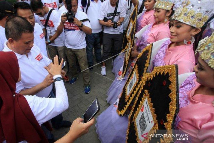 Foto - Wagub Gorontalo bertransaksi gunakan QRIS