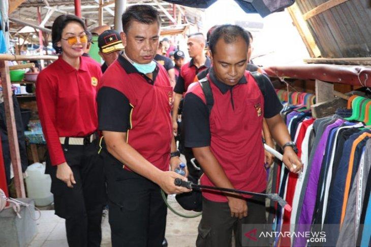 Cegah Covid-19, Polda Bengkulu semprot disinfektan di pasar tradisional