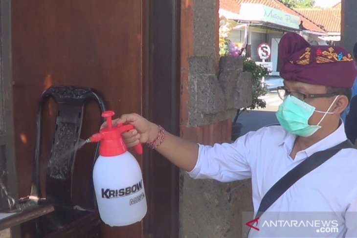 Pemkab Tabanan semprotkan desinfektan di Tanah Lot