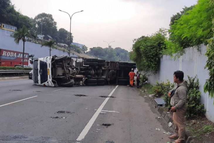Gas truck topples on TB Simatupang toll road, East Jakarta