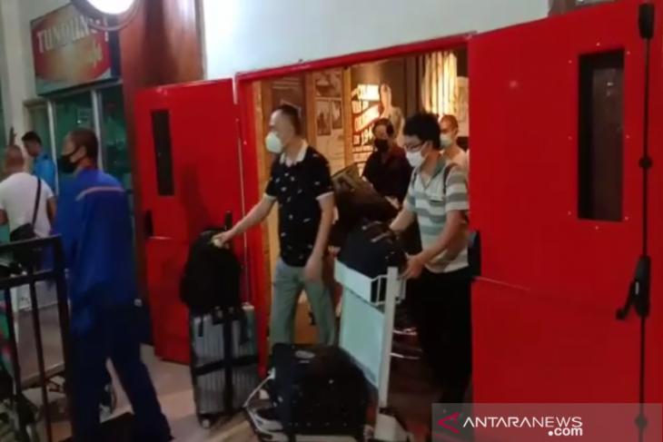 Perjalanan 49 TKA Tiongkok ke Kendari hingga viral di medsos