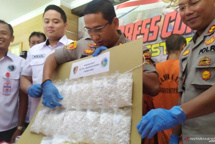 Sepasang kekasih jadi pengedar pil koplo, ada sebanyak 21.040 butir barang bukti