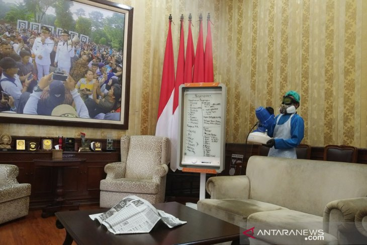 Cegah COVID-19, Balai Kota Bogor disemprot disinfektan