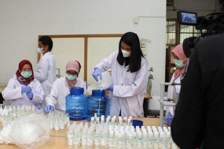 Tim Pengmas Dept Kimia Kedokteran FKUI bagikan hand sanitizer secara gratis