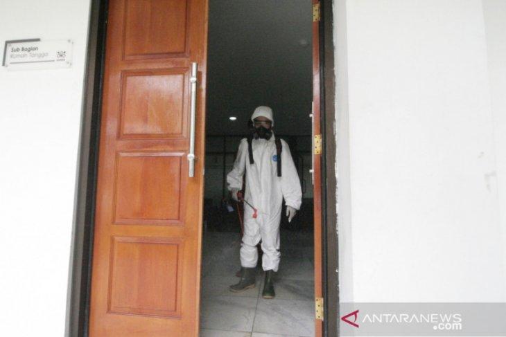 Cegah virus corona, kantor Bupati Bogor disemprot disinfektan