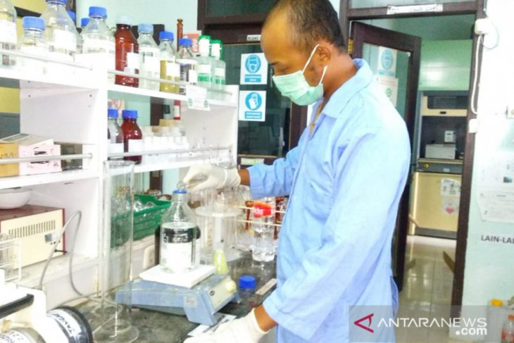 Laboratorium DLH Belitung produksi cairan pembersih tangan