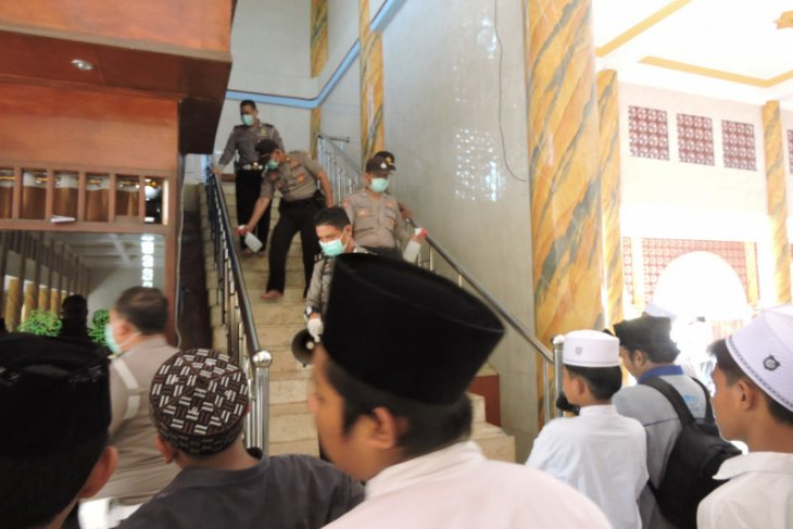 Cegah penyebaran COVID-19, polisi semprotkan disinfektan di Ponpes Salafiyah Syafi'iah  Situbondo