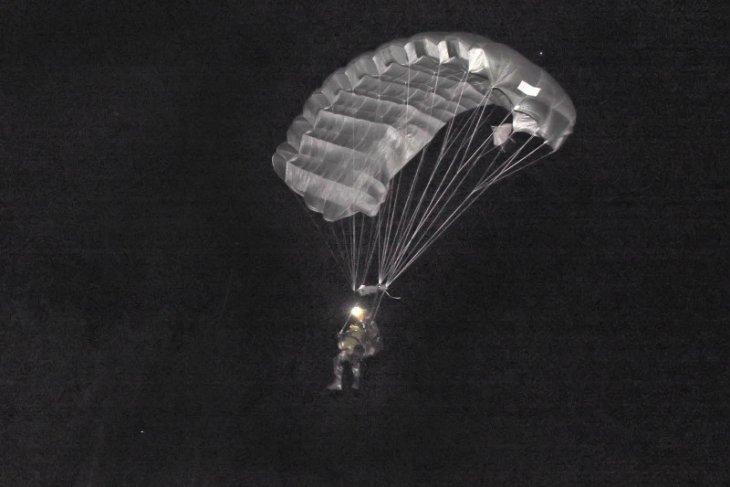Prajurit Batalion Taifib 2 Marinir latihan terjun malam