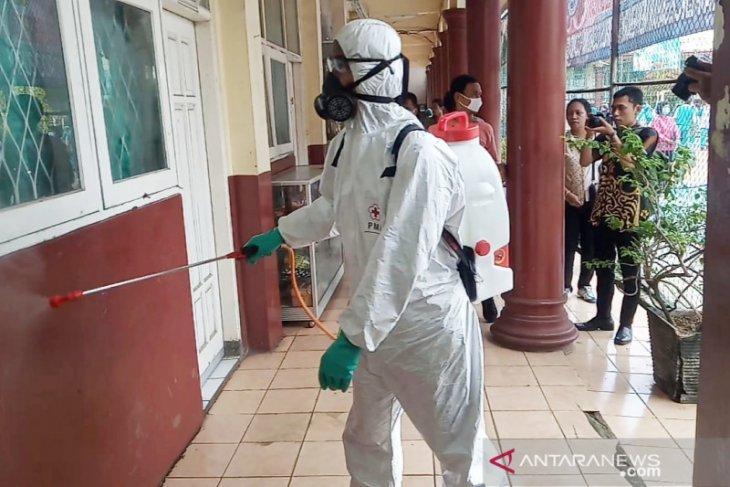 Cegah COVID-19, Pemkab Bogor semprot beberapa sekolah dengan disinfektan