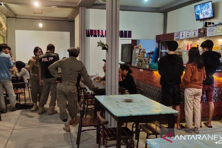 Satpol PP Landak tertibkan ratusan pelajar dan mahasiswa di keramaian