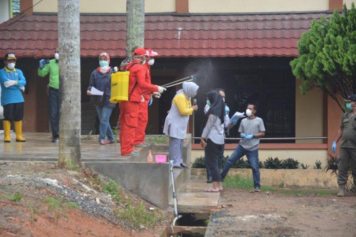 Pulang study tour, rombongan siswa  SMAN1 Jambi disemprot disinfektan