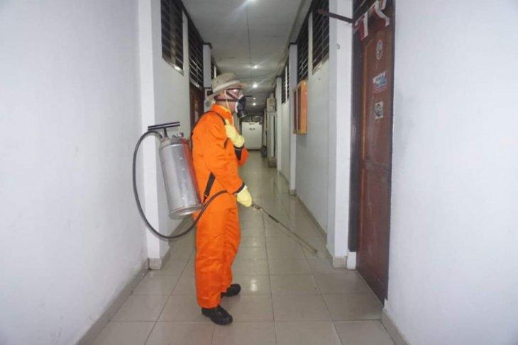 Balai Kota Ambon disemprot disinfektan cegah Covid - 19