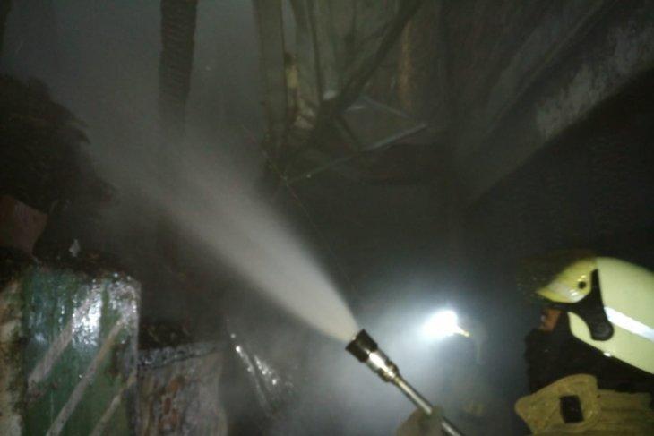 Pedagang nasi uduk terluka dalam kebakaran empat rumah di Rawamangun