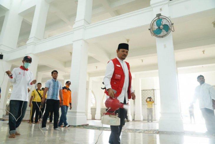 Pemkab Aceh Besar bersama PMI semprot disinfektan di sepuluh masjid