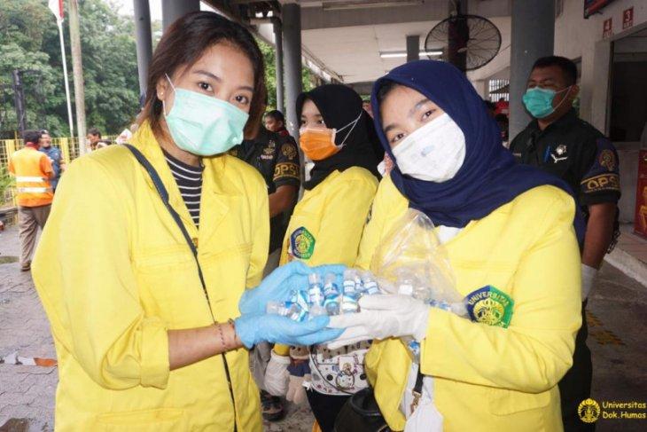 Fakultas Farmasi UI bagikan cairan pembersih tangan gratis di stasiun