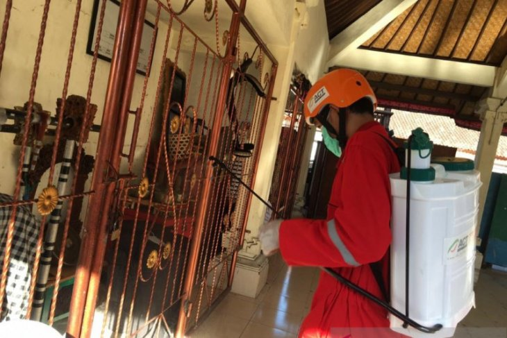 ACT Bali-Dinkes Denpasar lakukan penyemprotan disinfektan di Banjar Sanglah