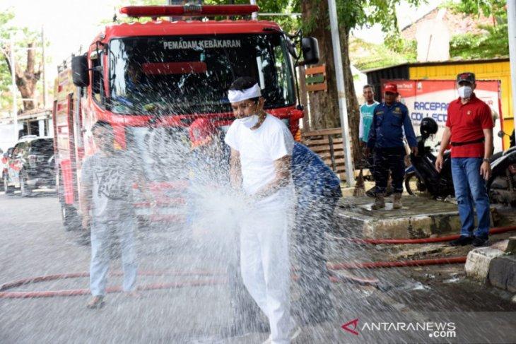 Dedi Mulyadi semprot disinfektan jalan di Purwakarta gunakan mobil damkar