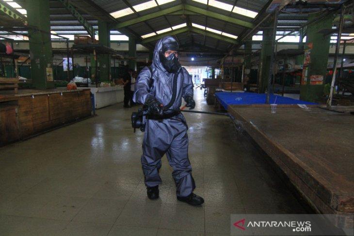 Tim gabungan semprot desinfektan Pasar Flamboyan cegah COVID-19