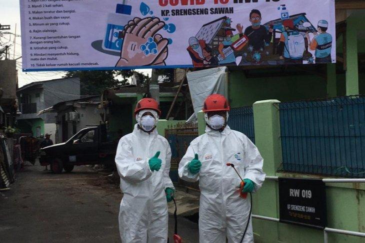 Sekolah Relawan dan warga Depok gotong royong semprotkan disinfektan ke rumah ibadah