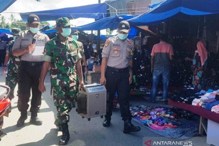 TNI dan Polri di Nagan Raya kampanye jarak sosial di pasar tradisional