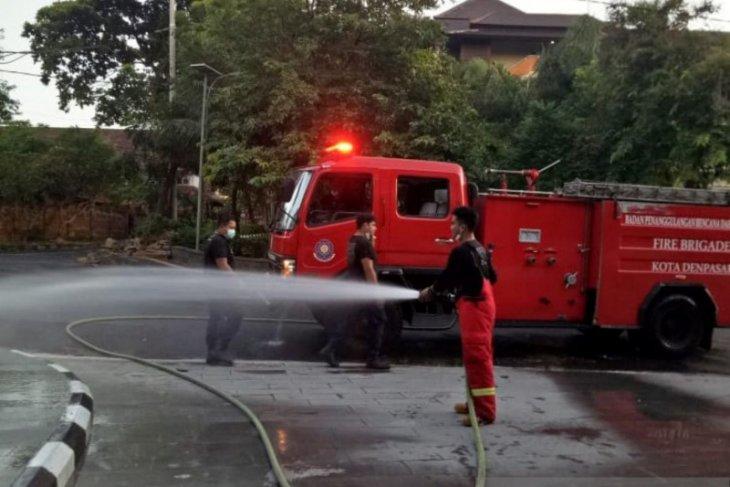 Pemkot Denpasar semprotkan disinfektan ruas jalan dan fasilitas publik