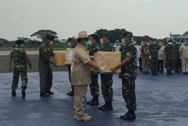 Sekitar 8 ton alat kesehatan dan APD tiba di Bandara Halim Perdana Kusuma