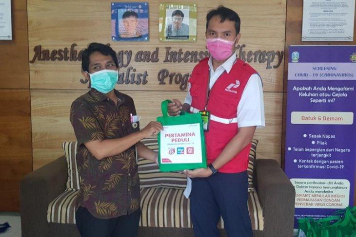 Pertamina bagikan 150 paket kesehatan untuk paramedis di RSUD Soetomo