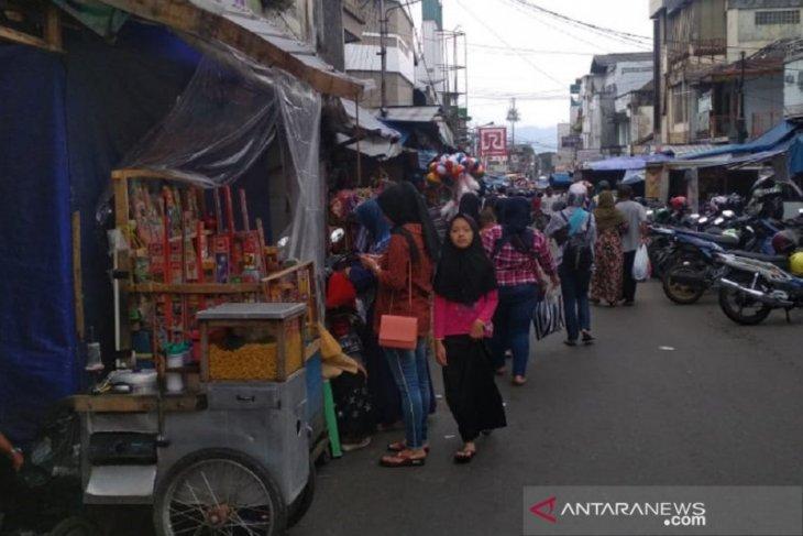 Aktivitas warga di pusat perdagangan Kota Sukabumi mulai berkurang