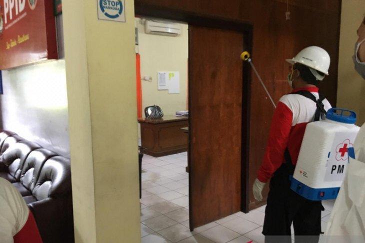 KPU Badung dan PMI semprotkan disinfektan