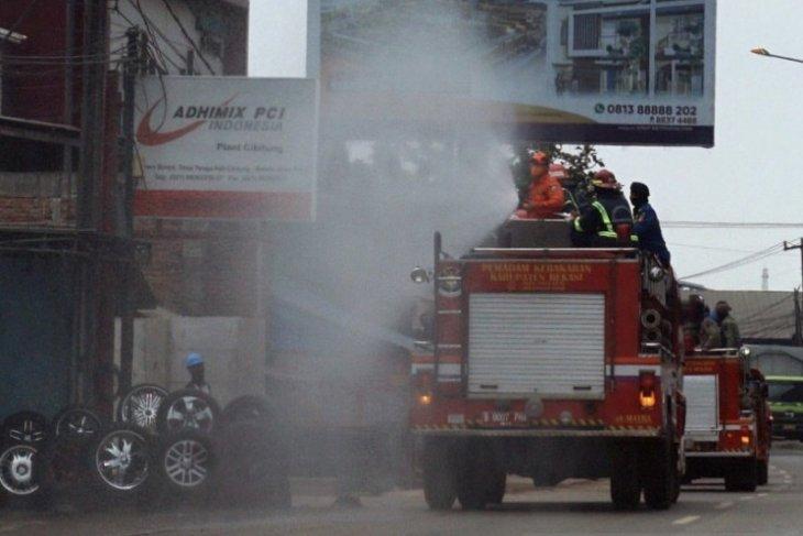 Sepanjang Jalan Pantura Bekasi disemprot disinfektan cegah corona