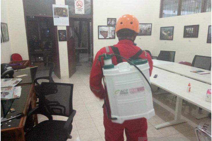 Kantor Biro LKBN ANTARA Bali disemprot disinfektan oleh ACT
