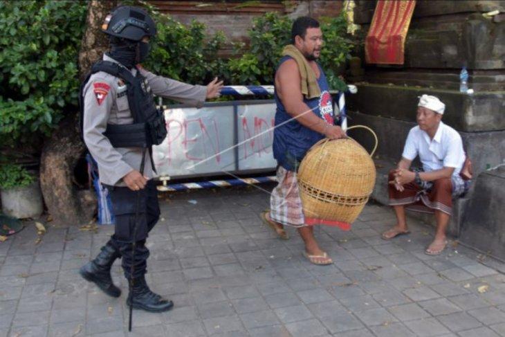 Polisi bubarkan kerumunan warga di Denpasar