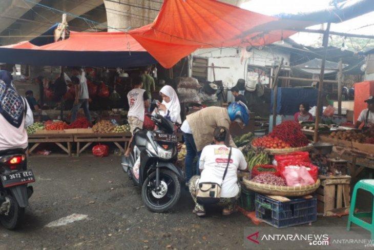Pedagang pasar tradisional di Depok masih tetap berjualan