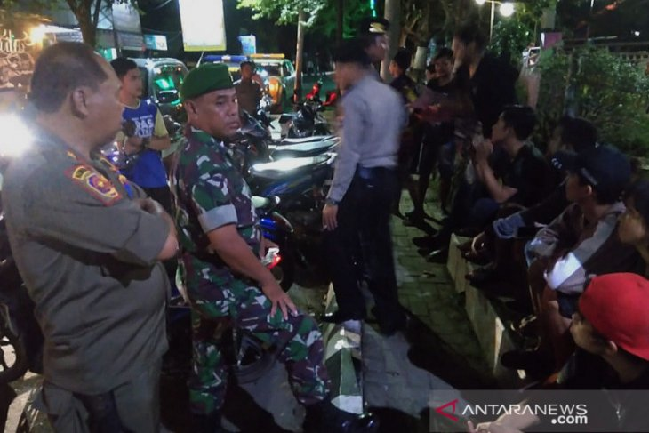 Polres HST bubarkan warga yang kumpul tidak karuan, jika melawan siap-siap dipidana
