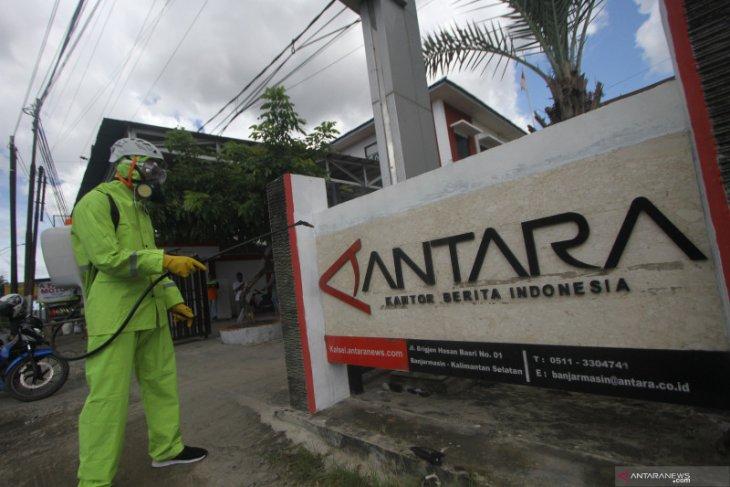 ACT semprotkan disinfektan ke kantor media di Kalsel diantaranya ANTARA