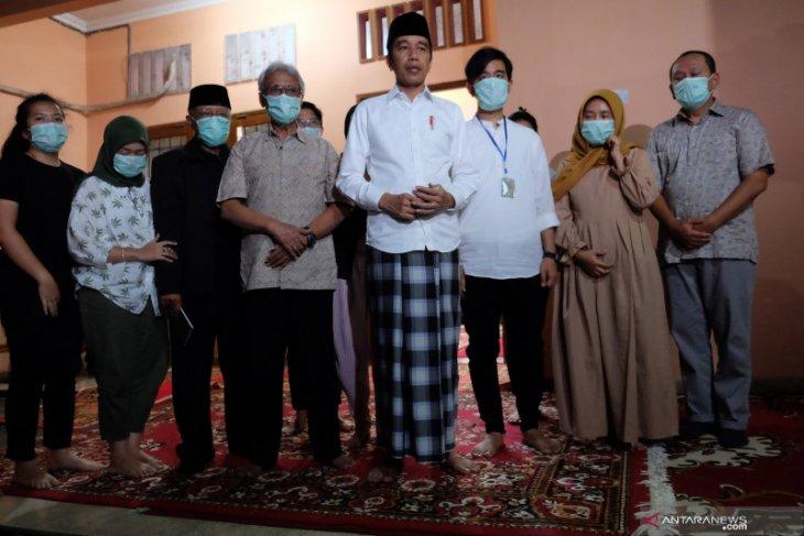 Jokowi ingin rakyat doakan  ibundanya dari rumah masing-masing
