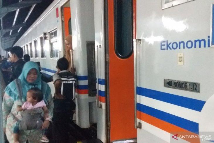 Ada 32 perjalanan kereta api lintas selatan Jawa dihentikan sementara
