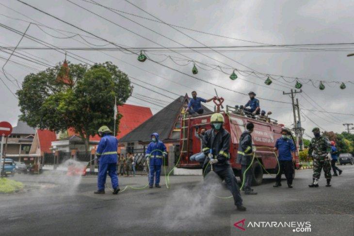Cegah penyebaran COVID-19, Pemkot Padangsidimpuan kerahkan mobil Damkar semprot disinfektan