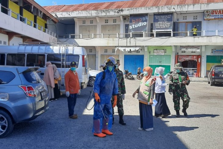 Foto - Dinkes Kota Gorontalo semprot disinfektan ke Terminal