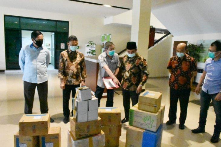 Kadin Kalbar berikan bantuan APD tangani COVID-19 di Kota Pontianak