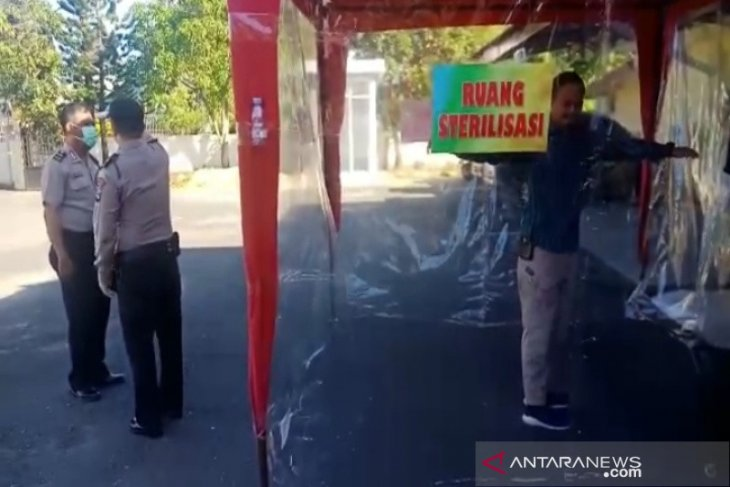 Personel dan masyarakat wajib lewati ruang sterillisasi sebelum masuk Polsek Banteng