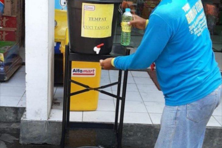 Alfamart  sediakan bak cuci tangan dan atur jarak dalam antrean di gerai