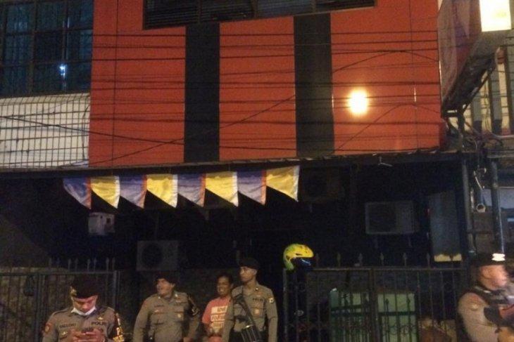 Polisi tutup belasan tempat hiburan malam di Ambon cegah COVID-19