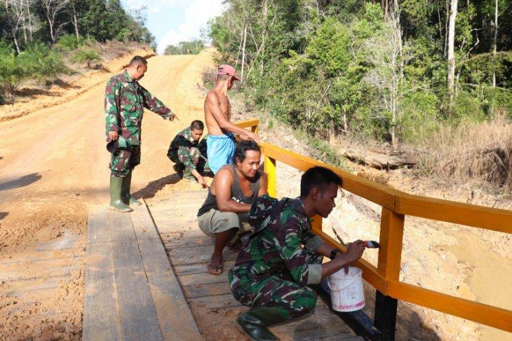 Prajurit dan warga lakukan pengecatan jembatan