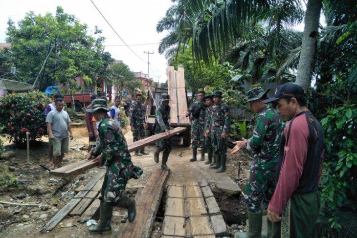 Personel TMMD bantu warga rehab jembatan