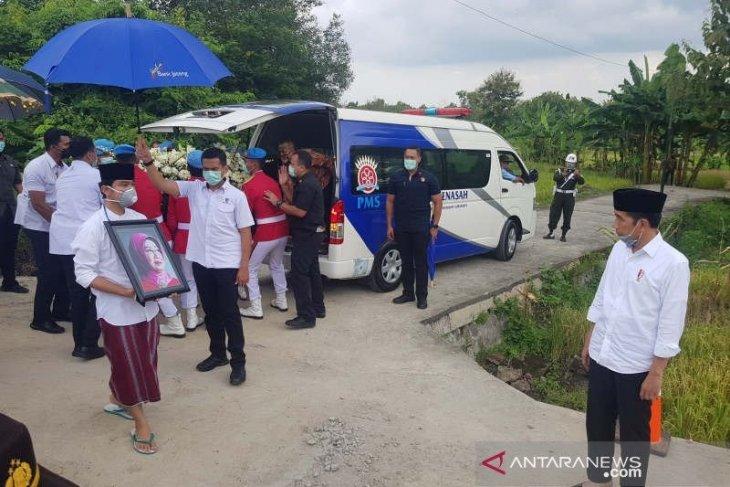 Presiden Jokowi langsung tinggalkan makam Mundu usai pemakaman ibundanya