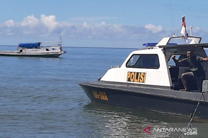Dua ABK pembawa 1.775 Kg mercury serahkan diri ke Polsek Wamsisi Buru