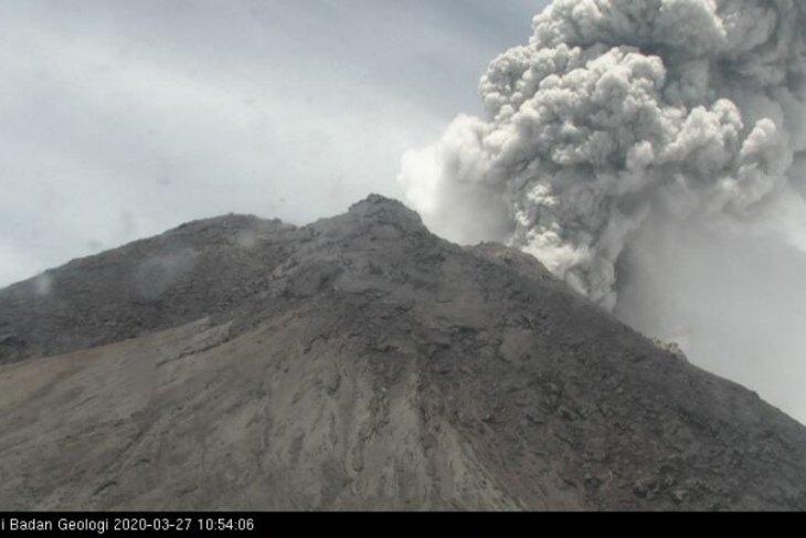 Gunung Merapi meletus,  tinggi kolom asap 5 kilometer